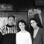 Photographie en noir et blanc représentant trois personnes : le designer chinois Zhang Xing et deux jeunes femmes ; dont l'une est Pauline.