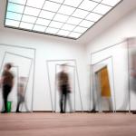 Photographie libre de droit qui montre l'ambiance du musée Soulages. Très lumineux, avec un plafond de verre, l'endroit voit les visiteurs se succéder en mouvement (ils sont flous).