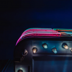 Photographie de néons sur un toit. L'image est sombre et très abstraite, voire onirique.